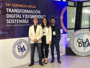 De izquierda a derecha, en primer lugar el profesor Juan David Peláez León, seguido de la profesora Laura Salas y el profesor Cristian Bedoya.